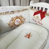 Un set superb ce ne invaluie in atmosfera magica a sarbatorilor de iarna. Am combinat ivoire si bej satinat,  am brodat si decorat cu detalii in nunate de rosu si auriu. ❤🎄❤ . . . . #setpatut #baldachin #babynest #canopy #lenjeriebebelusi #aparatoripatut #babybedding