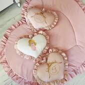 O ghirlanda deosebita, cu pernute in forma de inimioare dispuse pe verticala si brodate cu dragoste cu initiale si un frumos ingeras. 💗🤍😇 . . . .