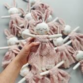Cei mai frumosi iepurasi brodati manual sunt pregatiti sa faca multe fetite fericite. 🐰🤍💝 . . . #cutebabytoy #babytoys #handmadetoys #toy #gifttoy #personalisedtoy