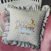 Un alt mod de a spune somn usor, oferind cadou aceasta pernuta decorativa, cu multe broderii realizate pe bumbac imprimat. 💛🌙🌠 . . . . #pernuta #babypillow #pillow #babyshowergift #cadoubebe