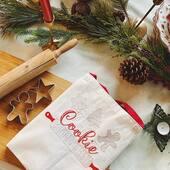 Decembrie este magic si astazi dorim sa gatim impreuna pentru cele mai dulci momente din an. Cum altfel decat cu cele mai frumoase sorturi brodate in spiritul Craciunului. 🎄🎄🎄 . . . #pregatiricraciun #sorturipersonalizate