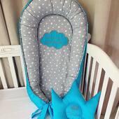 Babynest-ul pentru micutul Andrei este presarat cu o ploaie de stele si brodat cu un frumos mesaj incadrat intr-un norisor turcoaz. ☁️☁️☁️