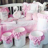 """Un minunat set ce pare desprins din """"Lacul lebedelor"""", format din pernute decorative, set de lenjerie, pilota si cosuri pentru jucarii. Toate accesoriile sunt perfect asorate si realizate din bumbav satinat alb si roz pal. 💗🦢🤍  #sbaby"""