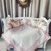 Un set compus din aparatoare, babynest si pilota, intr-o frumoasa combinatie de bumbac satinat si dantele ivoire, roz pudrat. 🤍💝🌸
