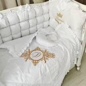 Va era dor de un set bombon? Astazi va prezentam unul cu totul special, alb satinat, accesorizat cu dantela si fundite, personalizat cu o frumoasa nuanta de auriu si decoratiuni alese. 🤍