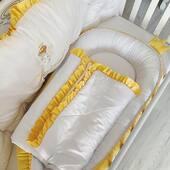 La soare te poti uita, dar la setul pentru David ba. 😊🌞🌞🌞 Am realizat intr-o combinatie vesela de galben si alb aparatoare, cearsaf cu volane, babynest cu 👑, pilota si multe pernute decorative. 💛💛💛 . . . . #babynest #babyboy #babygirl #babybumper #babylinen #babypillow #babycribaccessories #aparatoripatut #aparatoarepatut #lenjeriepatut #lenjeriebebe #pernabebelusi #babynestromania #aparatoarepatut #accesoriipătuț #botez #cadoubotez